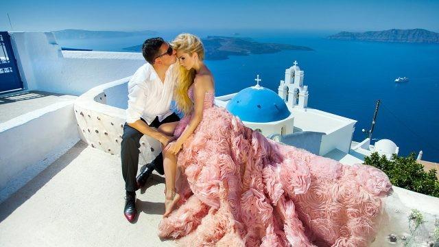 Нарядная романтичная парочка на Санторини