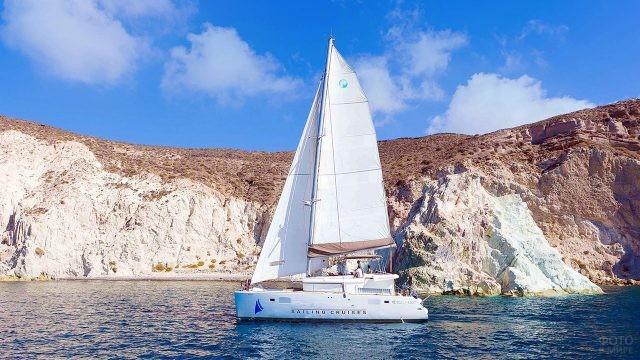 Парусная яхта у берегов Санторини