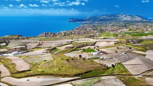 Сельский пейзаж острова Санторини с высоты птичьего полёта
