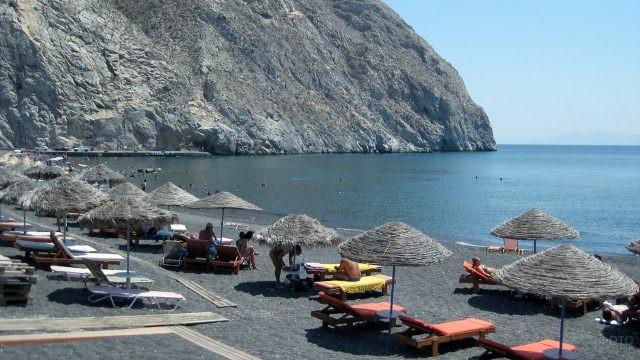 Туристы на пляже Санторини