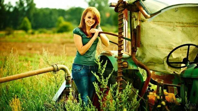 Девушка с трактором в деревне