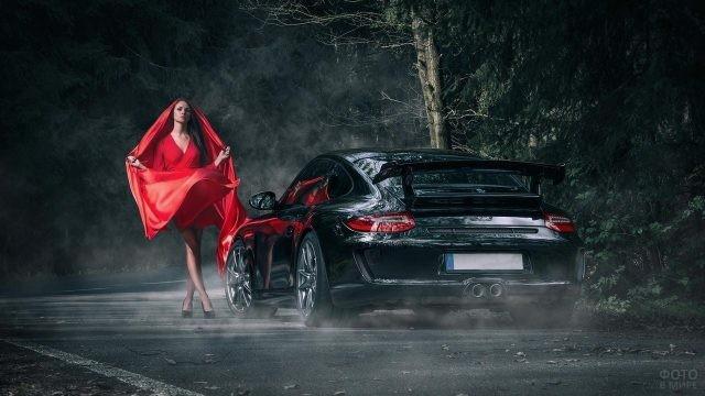 Девушка в красном возле чёрного авто ночью