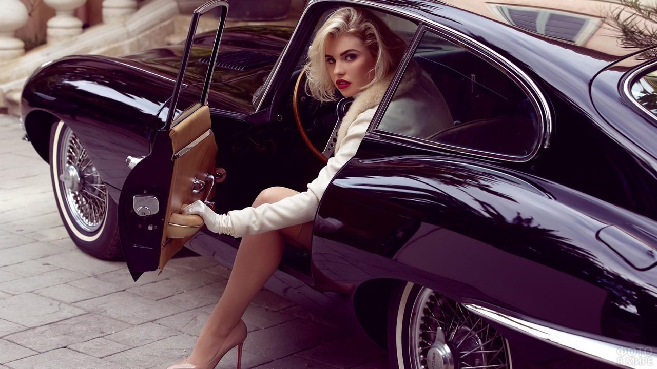 Эффектная блондинка выходит из автомобиля