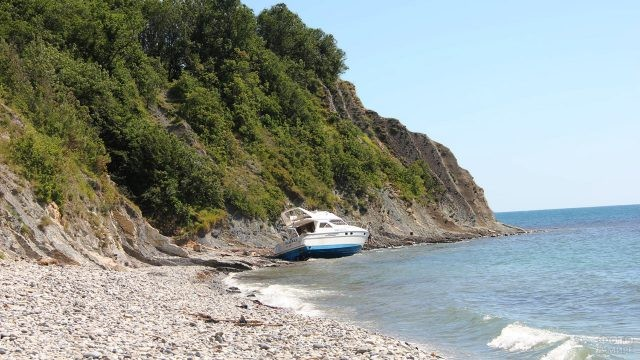 Катер у дикого пляжа