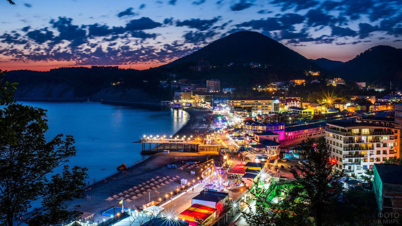 Нарядные огни на вечерней панораме курорта Ольгинка