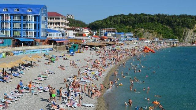 Туристы на пляже в разгар сезона