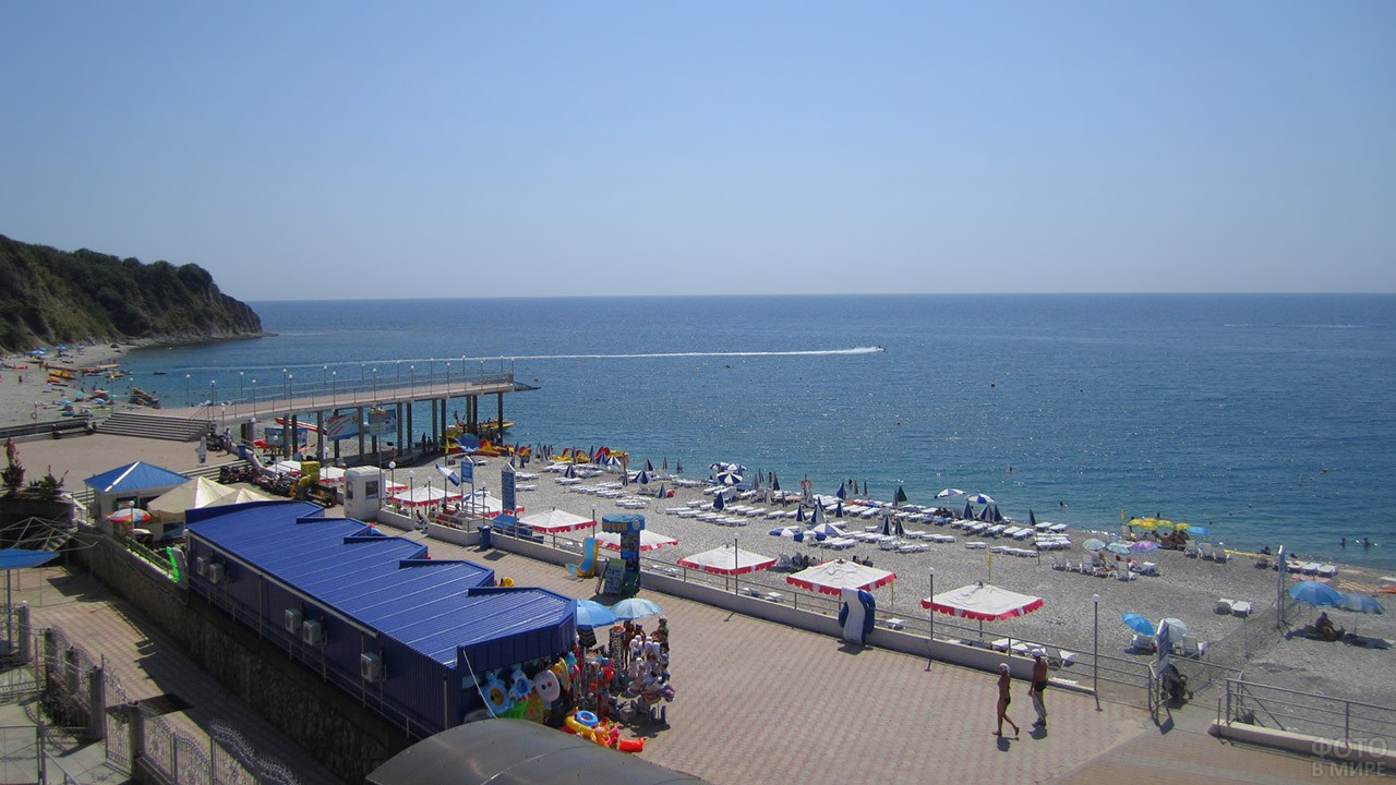 Вид из кафе на центральный пляж