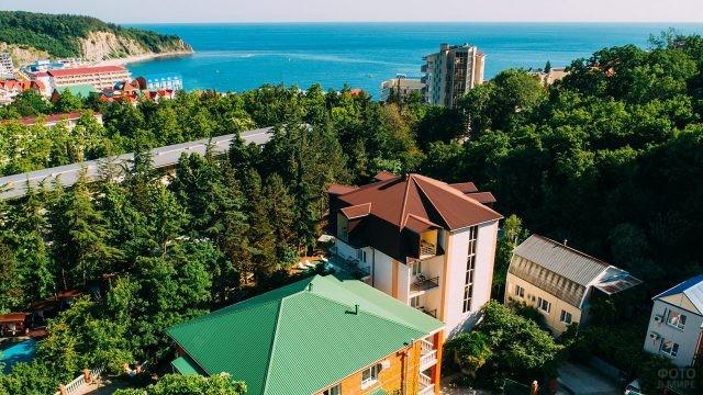 Вид сверху на парки вокруг отелей