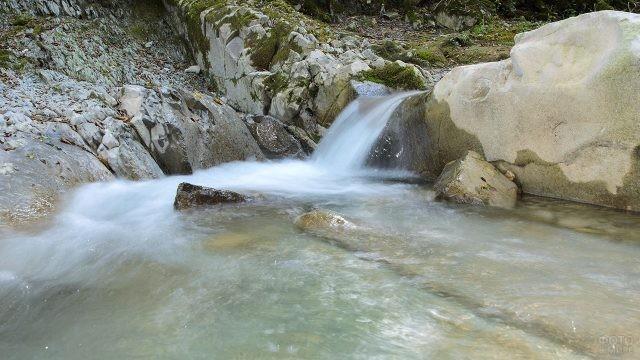 Водопад на горной речке
