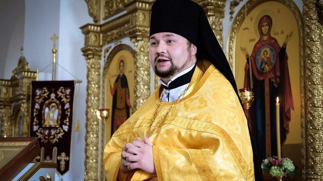 Епископ возносит молитву о мире