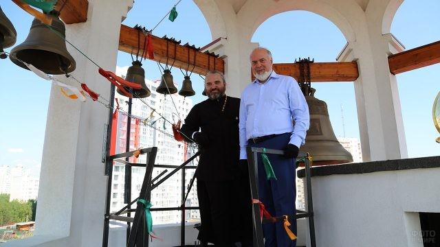 Глава администрации города Сургут и звонарь на колокольне