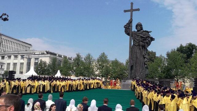 Молебное песнопение у памятника крестителю Руси князю Владимиру