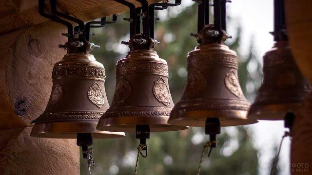 Подзвонные колокола на фоне летней зелени