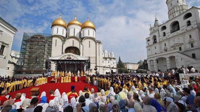 Православные на Соборной площади Кремля