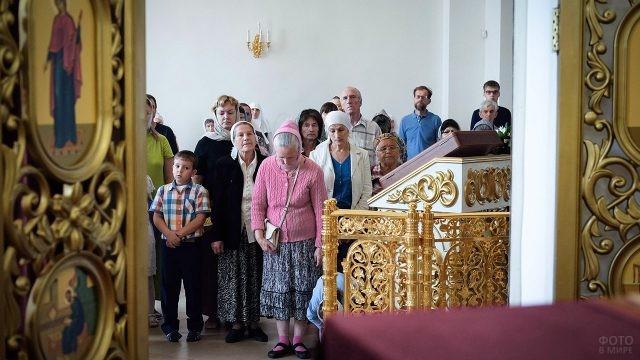 Православные в храме на праздничном богослужении