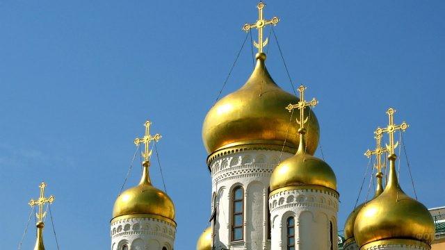 Сияющие на солнце купола Русской православной церкви