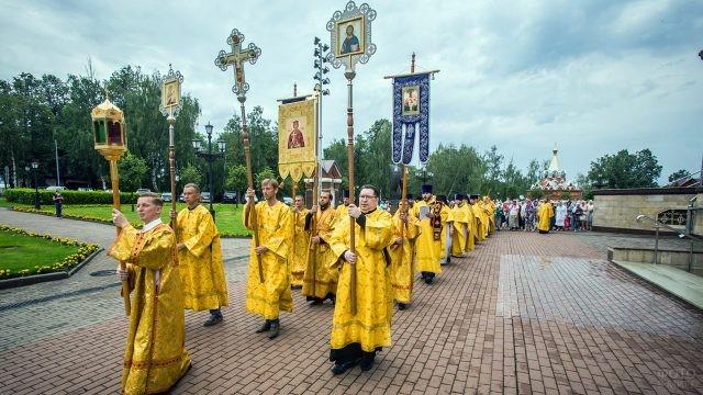 Служители церкви в золотых ризах во время крестного хода
