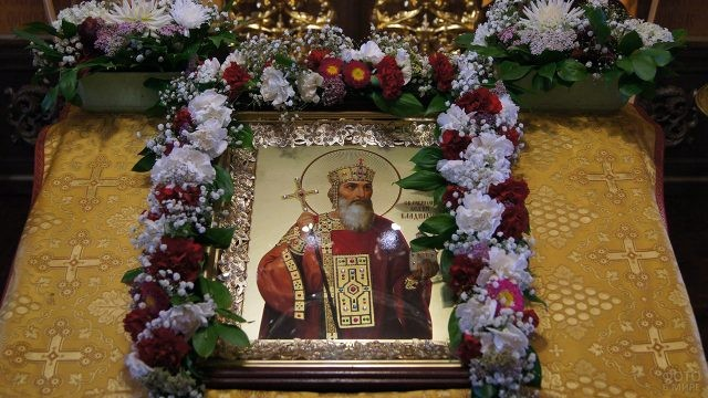 Украшенная цветами икона с изображением Князя Владимира