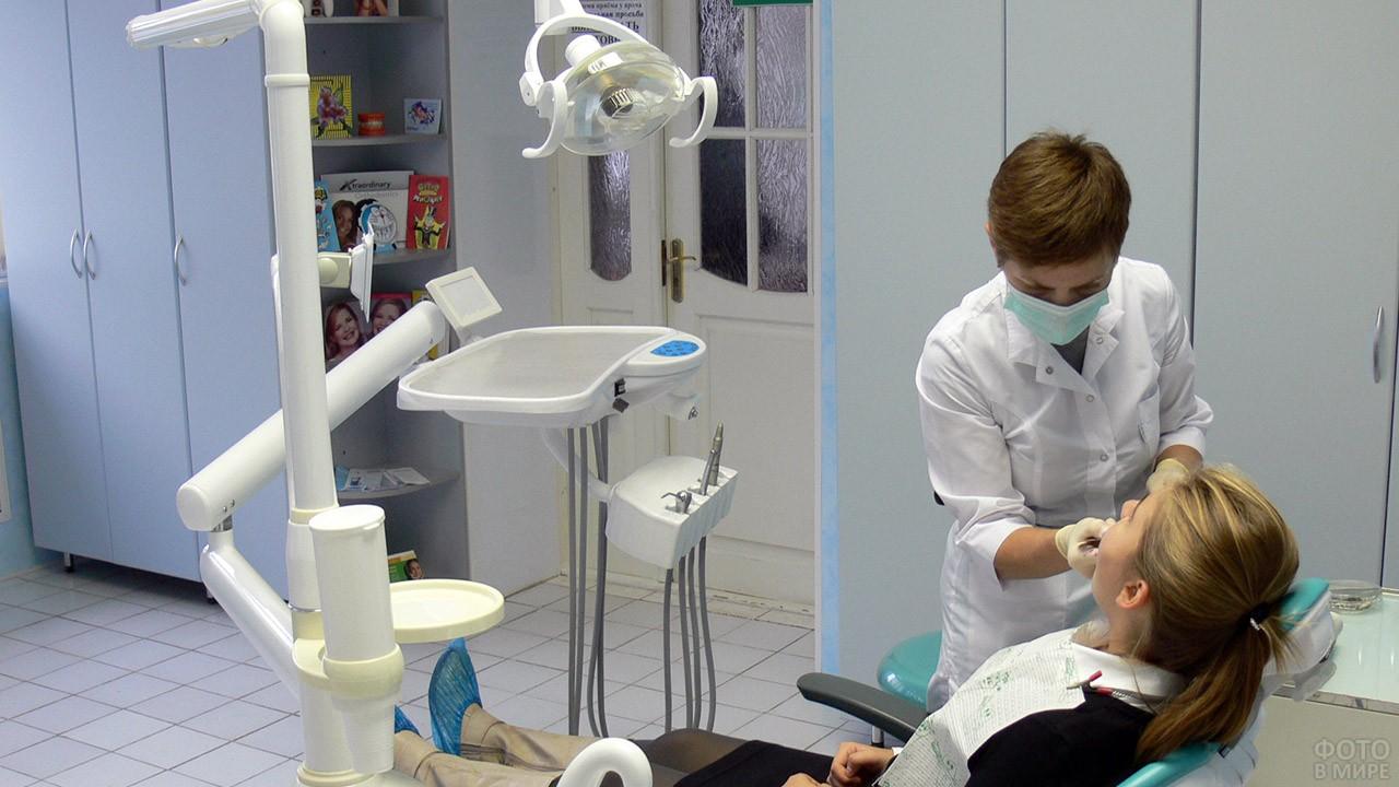 Дантист и пациентка в современно оборудованном кабинете