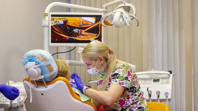 Детский дантист ведёт приём в современном кабинете