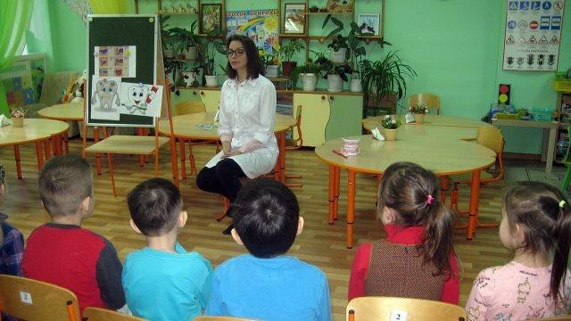 Детский стоматолог рассказывает малышам в детском саду о гигиене полости рта