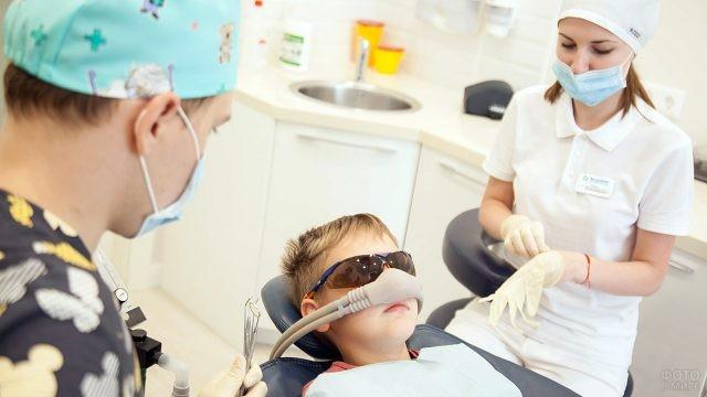 Мальчик на приёме в ультра современном стоматологическом кабинете