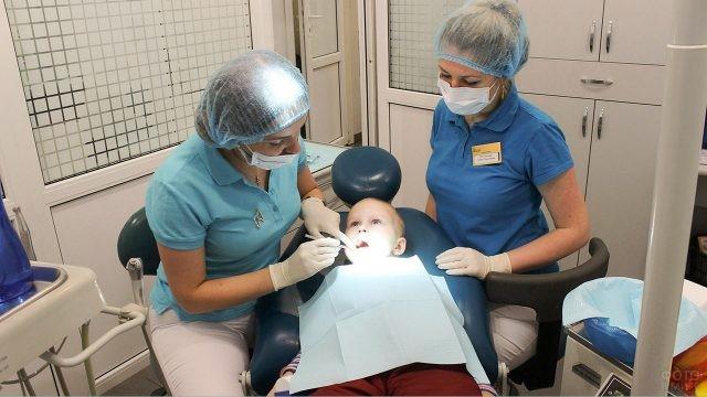 Сосредоточенный малыш на приёме у стоматолога