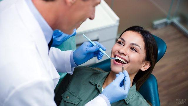 Улыбающаяся девушка на приёме у дантиста