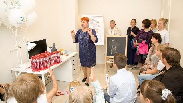 Врач-стоматолог проводит лекцию о гигиене полости рта