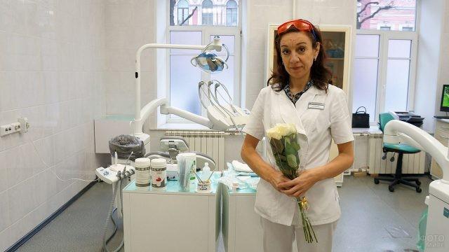 Женщина-дантист с букетом цветов