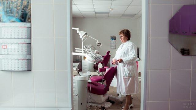 Женщина-дантист в современном кабинете