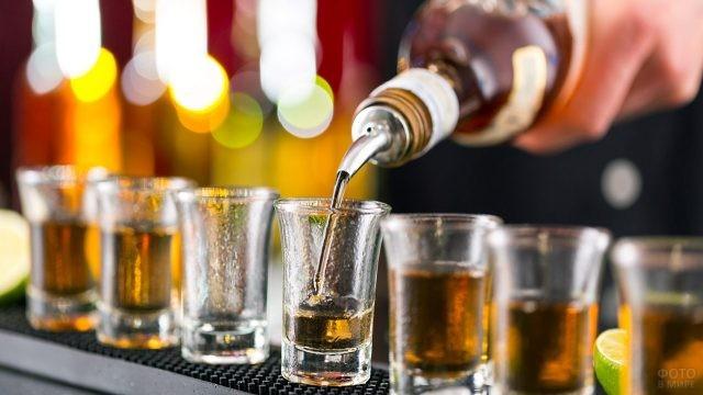Алкогольные шоты на барной стойке