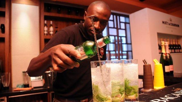 Бармен смешивает коктейли прямо в стаканах со льдом