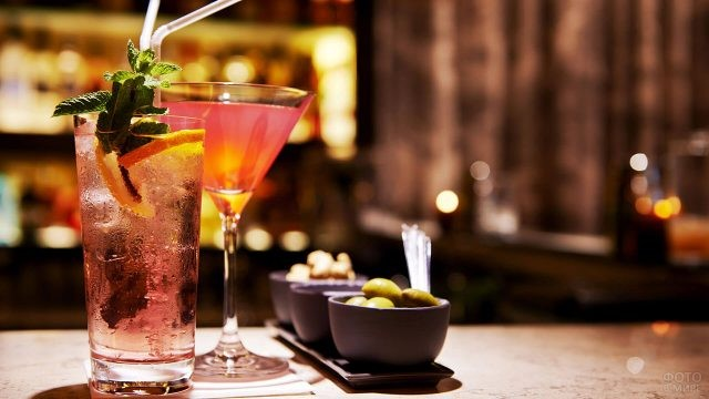 Красивые коктейли на барной стойке