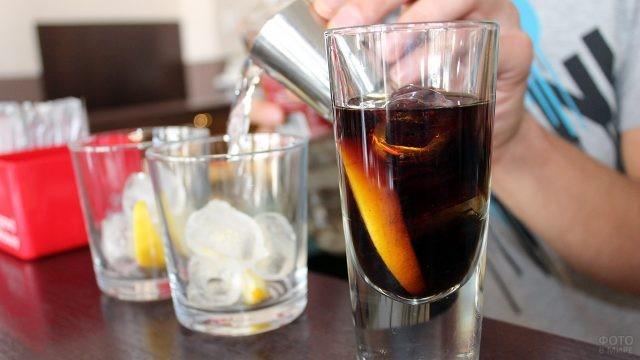 Красивый стакан с коктейлем на стойке бара