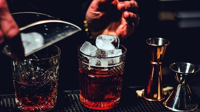 Лёд в стаканах с виски
