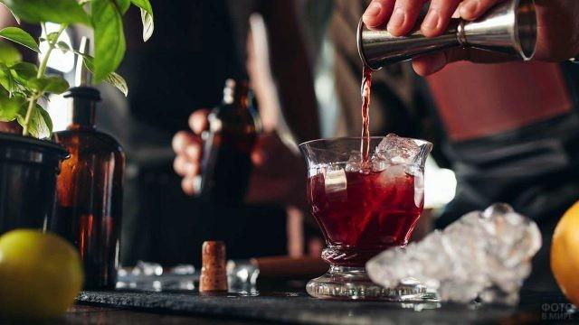 Приготовление красивого коктейля со льдом