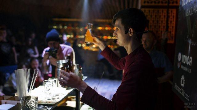 Шоу бармена в ночном клубе