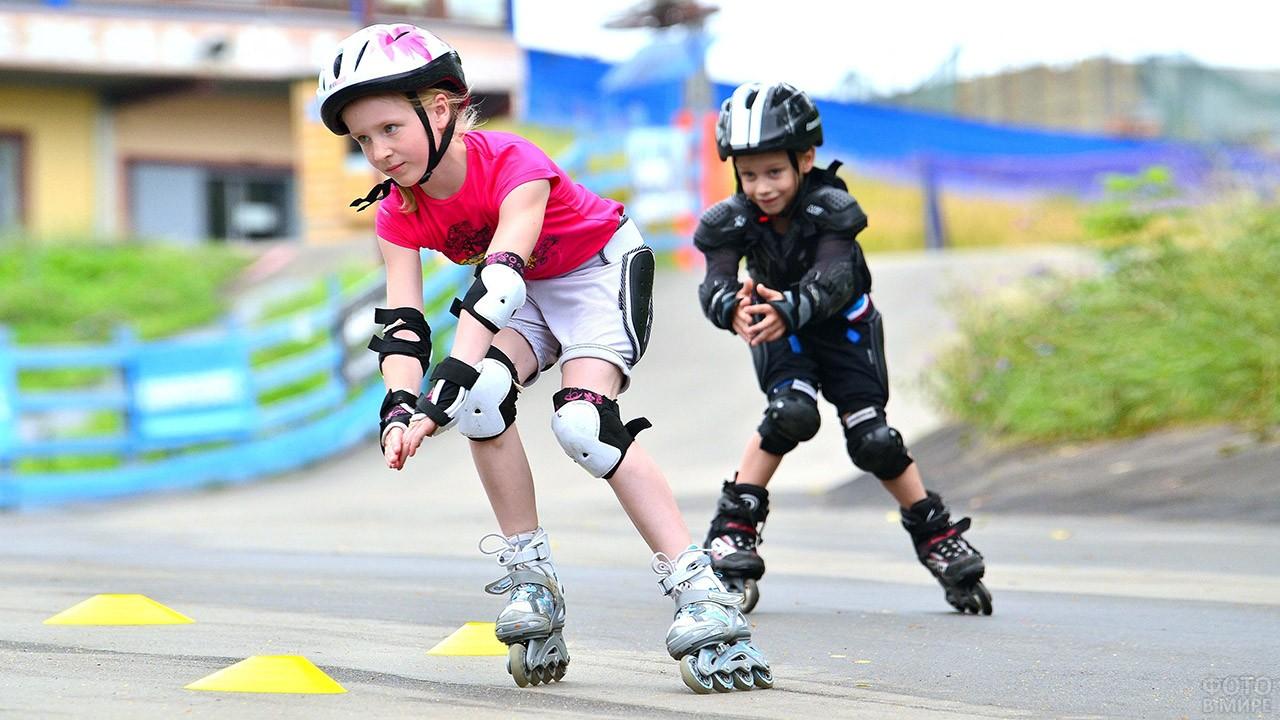 Дети на роликах в парке в День физкультурника
