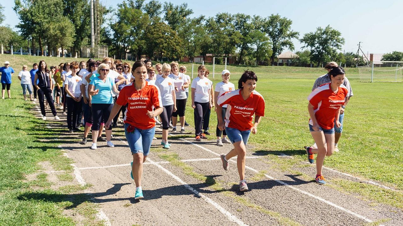 Девушки сдают нормы ГТО по бегу