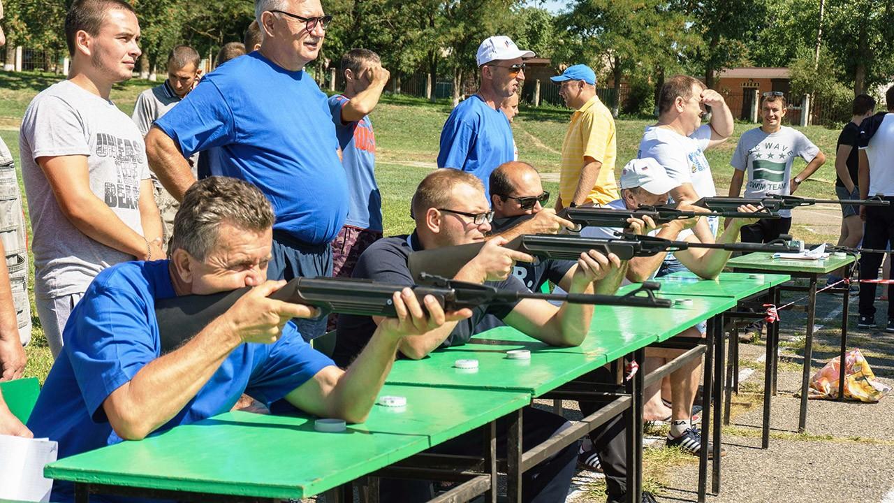 Мужчины сдают нормы ГТО по стрельбе в День физкультурника