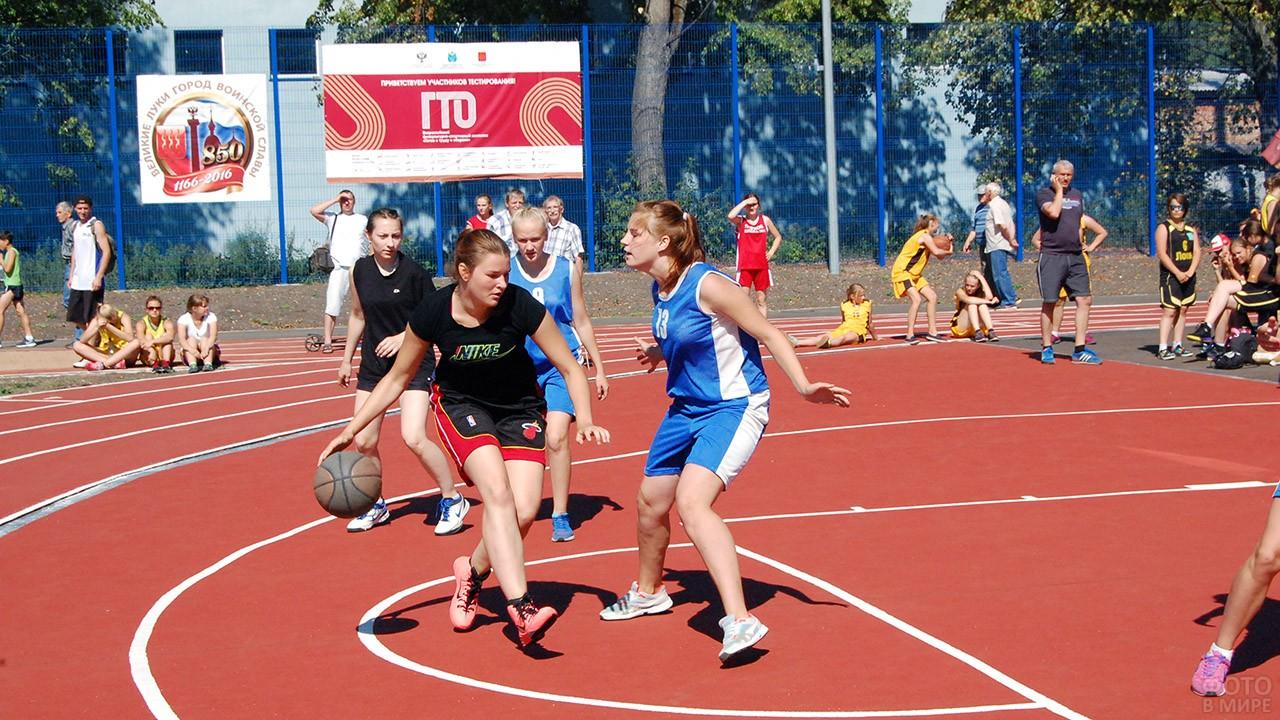 Женский матч по баскетболу в День физкультурника