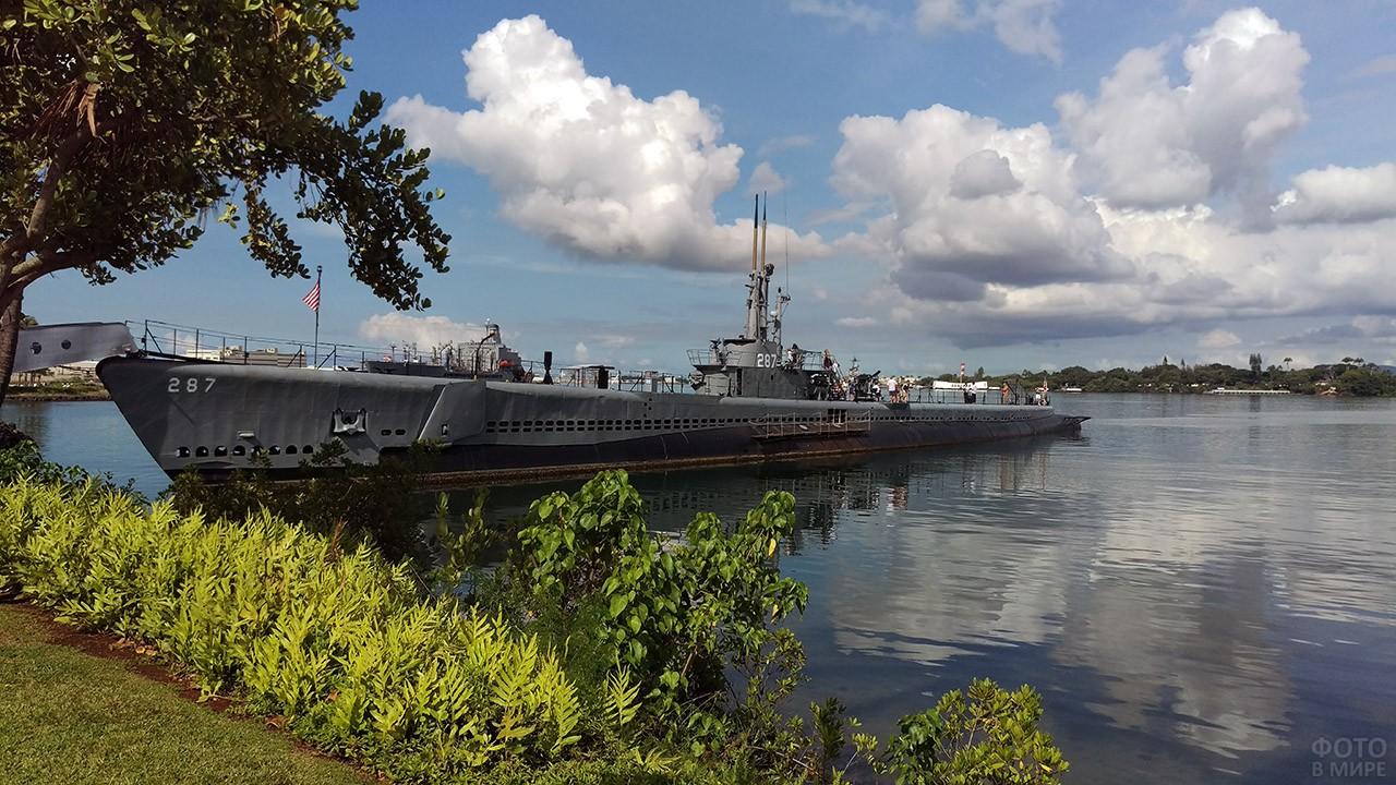 Линкор Миссури у берега острова Оаху в Пёрл-Харбор
