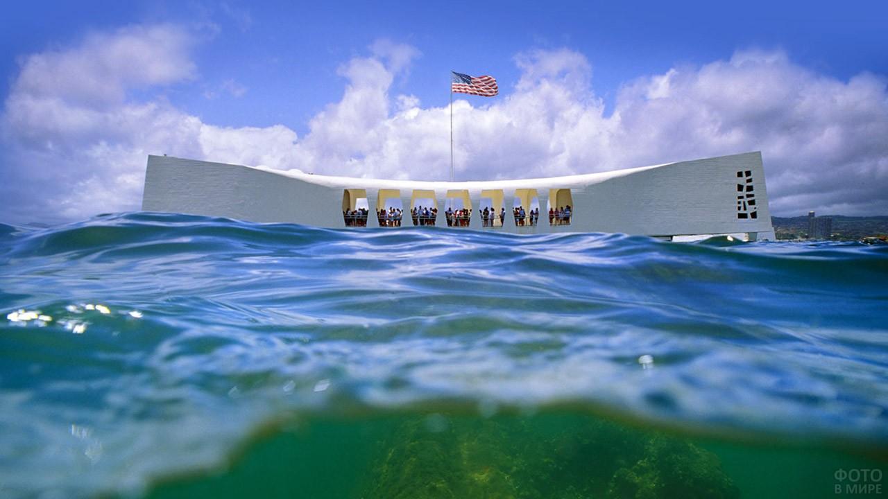 Волны в гавани Пёрл-Харбор у мемориала в память о нападении 1941 года