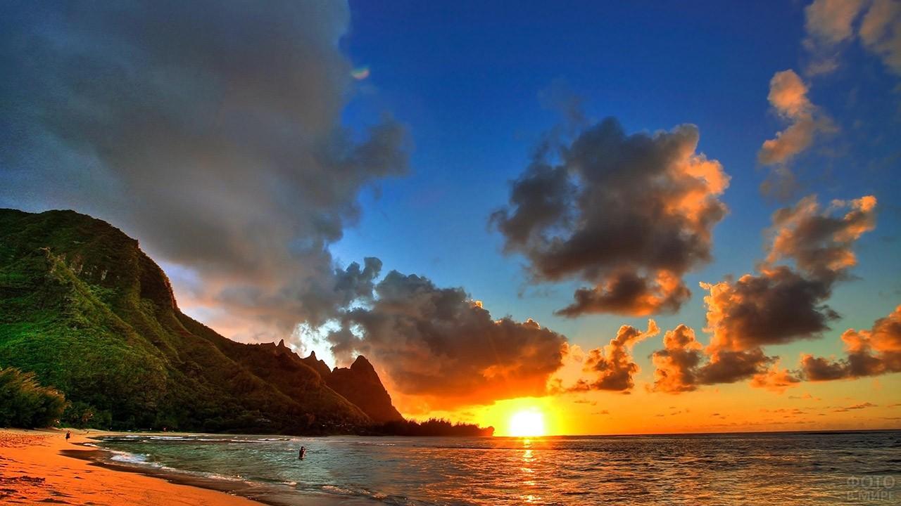 Закат над пляжем на острове Оаху в гавани Пёрл-Харбор