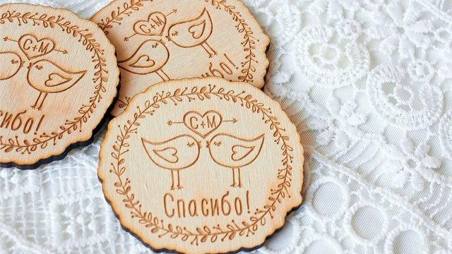 Деревянный сувенирный магнитик с птичками и словом Спасибо