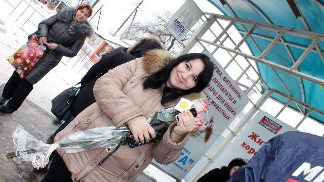 Девушка с подарком от волонтёров в День Спасибо
