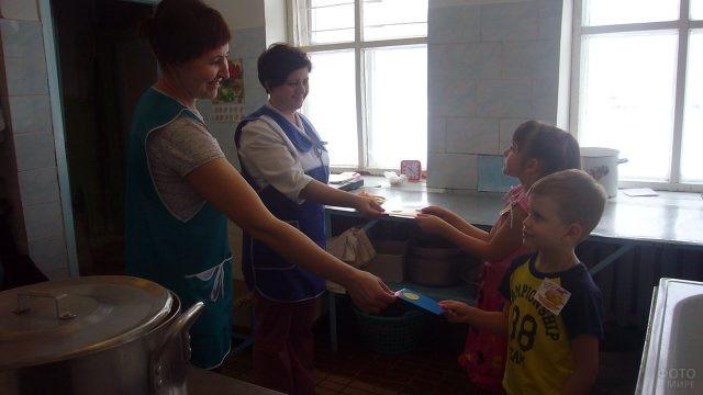 Малыши в детском саду дарят самодельные открытки работницам столовой