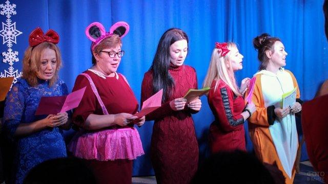 Педагоги детского центра читают стихи на костюмированном празднике