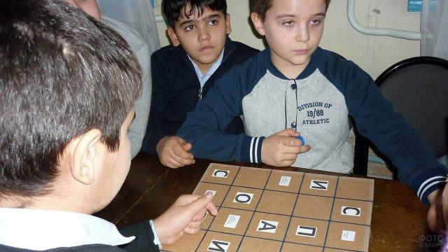 Школьники участвуют в викторине о вежливости
